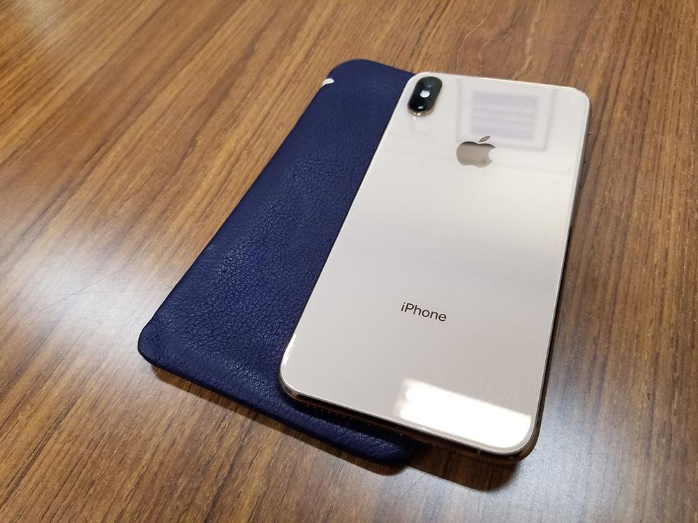 iPhone Xs Maxをケースなしで使いたい人にはスリーブケースがオススメ!